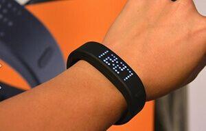 Чем хорош умный фитнес браслет с пульсометром на руку?