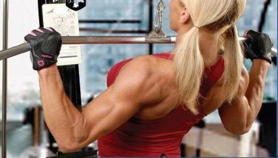 Тяга на верхнем блоке к грудной клетке для тренировки спины и плеч
