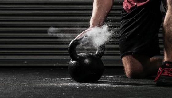 Упражнения с гирей для тренировки на бицепс